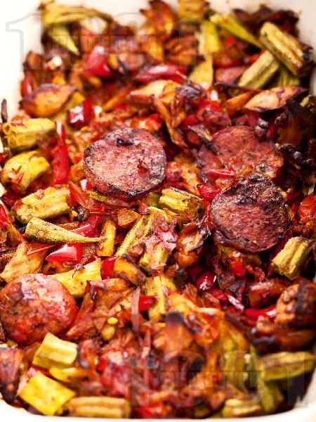 Печено пиле по ловджийски с наденица на фурна - снимка на рецептата